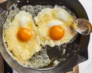 trung chien bo 300x240 - 3 cách chiên trứng ngon nhất tùy theo sở thích của bạn